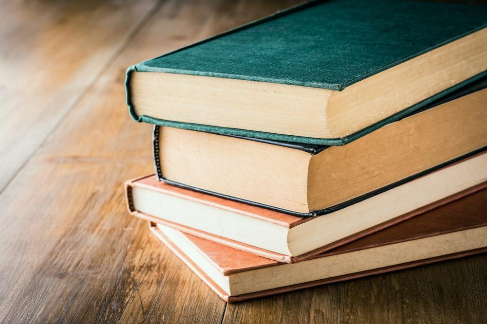 積み重なった古い本